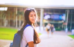 O retrato disparou do sorriso asiático novo do estudante fêmea exterior Foto de Stock Royalty Free