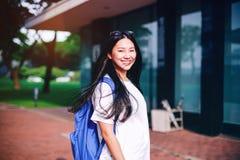 O retrato disparou do sorriso asiático novo do estudante fêmea exterior Imagem de Stock