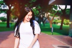O retrato disparou do sorriso asiático novo do estudante fêmea exterior Fotos de Stock Royalty Free