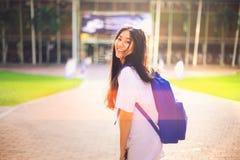 O retrato disparou do sorriso asiático novo do estudante fêmea exterior Fotos de Stock