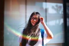 O retrato disparou do sorriso asiático novo do estudante fêmea exterior Fotografia de Stock