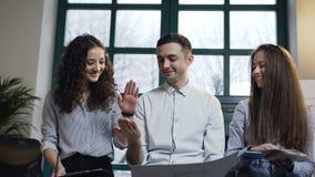O retrato disparou dos coordenadores novos da equipe que dão cinco entre si após o trabalho bem sucedido no escritório moderno vídeos de arquivo