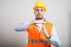 O retrato do arquiteto novo que mostra o tempo para fora gesticula fotos de stock