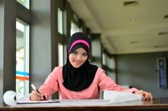 O retrato do close-up de mulheres de negócios asiáticas novas bonitas sorri com o ocupado no trabalho Fotografia de Stock
