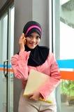 O retrato do close-up de mulheres de negócios asiáticas novas bonitas sorri com telefone celular Fotografia de Stock
