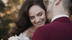 O retrato do close-up de pares do casamento, noivo beija o pescoço da noiva vídeos de arquivo