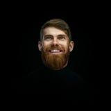 O retrato do close-up de rir o homem farpado novo weared o tur preto fotografia de stock royalty free