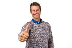 O retrato do close-up do homem feliz que mostra batidas assina fotos de stock