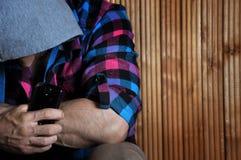 O retrato do close up do homem forte do moderno da mão na capa guarda o pH Imagens de Stock