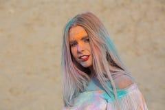 O retrato do close up do modelo louro impressionante que joga com azul seca foto de stock royalty free