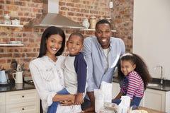 O retrato do cozimento da família endurece na cozinha junto fotos de stock royalty free
