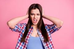 O retrato do doente principal irritado desapontado da dor de cabeça de dez palmas das orelhas do toque da juventude do adolescent fotografia de stock