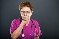 O retrato do doutor superior da senhora que guarda o pescoço gosta de ferir imagens de stock