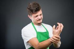O retrato do empregador do supermercado que guarda o pulso gosta de ferir foto de stock