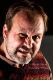 O retrato do estúdio de um meio irritado envelheceu o homem com uma barba Imagens de Stock