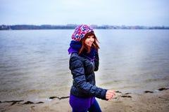 O retrato do estilo de vida da mulher magro caucasiano nova corre ao longo do outono da praia Fotografia de Stock Royalty Free