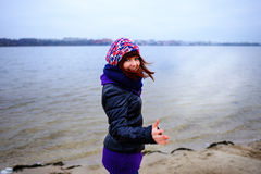 O retrato do estilo de vida da mulher magro caucasiano nova corre ao longo do outono da praia Foto de Stock Royalty Free