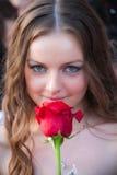 O retrato do estilo de vida da mulher nova com vermelho levantou-se Imagem de Stock Royalty Free