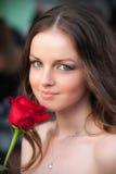 O retrato do estilo de vida da mulher nova com vermelho levantou-se Foto de Stock Royalty Free