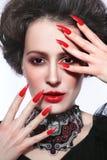 O retrato do estilo do vintage da mulher bonita nova com gótico faz Imagens de Stock Royalty Free