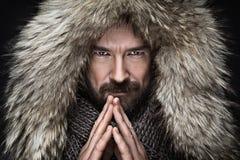 O retrato do homem com a barba no inverno veste-se Fotografia de Stock