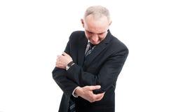 O retrato do homem elegante que guarda seu cotovelo gosta de ferir foto de stock