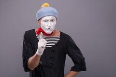 O retrato do homem engraçado mimica com chapéu cinzento e Imagem de Stock Royalty Free