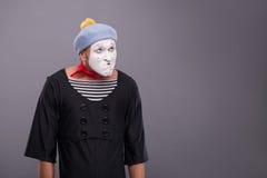 O retrato do homem engraçado mimica com chapéu cinzento e Imagens de Stock Royalty Free