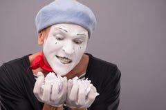 O retrato do homem engraçado mimica com chapéu cinzento e Fotos de Stock Royalty Free