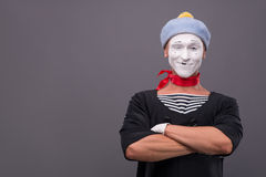 O retrato do homem mimica com chapéu cinzento e a cara branca Imagens de Stock
