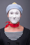 O retrato do homem mimica com chapéu cinzento e a cara branca Foto de Stock Royalty Free
