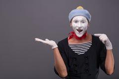 O retrato do homem mimica com chapéu cinzento e a cara branca Foto de Stock