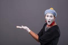 O retrato do homem mimica com chapéu cinzento e a cara branca Imagem de Stock