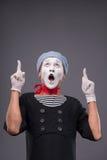 O retrato do homem mimica com chapéu cinzento e a cara branca Fotografia de Stock