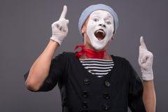 O retrato do homem mimica com chapéu cinzento e a cara branca Fotografia de Stock Royalty Free
