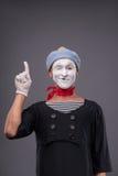 O retrato do homem mimica com chapéu cinzento e a cara branca Fotos de Stock Royalty Free
