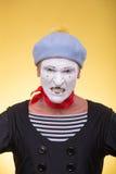 O retrato do homem mimica isolado no amarelo Imagens de Stock