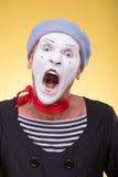O retrato do homem mimica isolado no amarelo Imagens de Stock Royalty Free