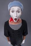 O retrato do homem mimica na cabeça vermelha e com branco Imagens de Stock