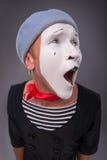 O retrato do homem mimica na cabeça vermelha e com branco Fotografia de Stock