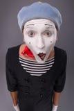 O retrato do homem mimica na cabeça vermelha e com branco Fotos de Stock