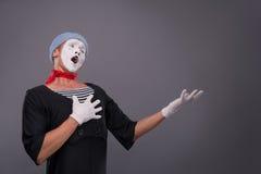 O retrato do homem mimica na cabeça vermelha e com branco Fotografia de Stock Royalty Free