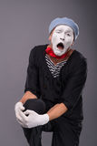 O retrato do homem mimica na cabeça vermelha e com branco Foto de Stock