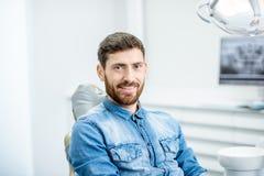 O retrato do homem no escritório dental imagem de stock