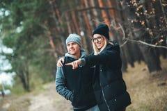 O retrato do homem novo dos pares e a mulher na floresta acoplam o aperto e o sorriso Fotografia de Stock Royalty Free
