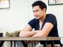 O retrato do homem do sorriso senta-se e relaxa-se no café do café imagem de stock royalty free