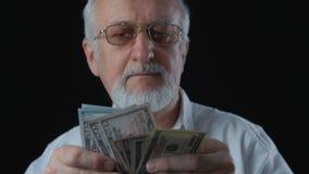 O retrato do homem superior em uma camisa branca conta notas de dólar filme