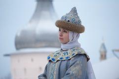 O retrato do inverno de uma menina no vintage veste-se Imagens de Stock