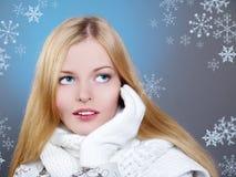 O retrato do inverno de uma mulher bonita está congelando-se Foto de Stock