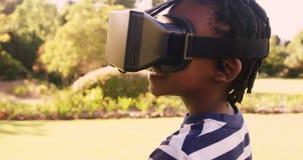 O retrato do menino bonito está olhando com vidros virtuais vídeos de arquivo